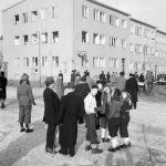 Folksamling utanför bostadshus vid Eriksdalsgatan - Vetegatan s