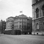 F.d. Tyska legationen flaggar på halv stång efter Hitlers död